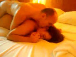 Koppel geniet een heet neuken op de bed terwijl iemand watches video-