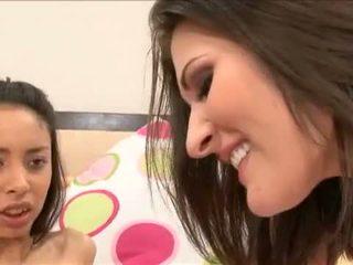 Alexis mīlestība gets viņai pusaudze vāvere toyed amd licked līdz breasty austin kincaid