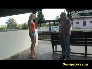 Rondborstig blondine geneukt nabij de railway