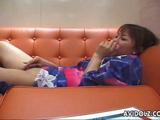 Kimono wearing aziatisch brunette plays met haar speelbal