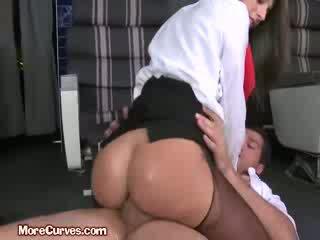 Stewardess sits op piloot boner