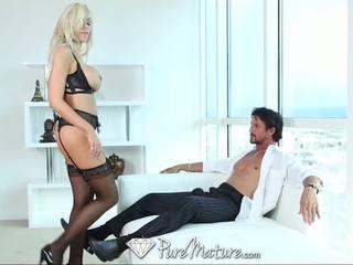Puremature sexy blondine milf in zwart lingerie krijgen creampied