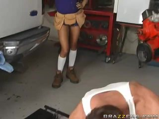 Sexy brunette gets geneukt van een mechanic's video-