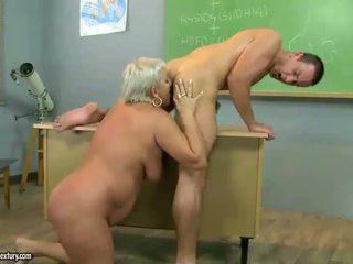 Eldre lærer knulling med henne student