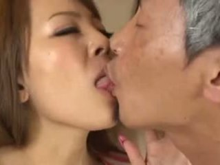 Mamalhuda asiática having an velho homem a chupar dela mama