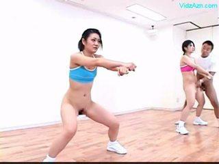 Guy stopping de tijd op de aerobic klasse stripping meisjes o