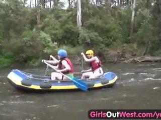 Me lesh amatore vajzë fingered në rafting treshe