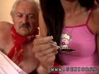 Jaunas mergaitė ir labai senas vyras mergaitė male fortunately ten yra a