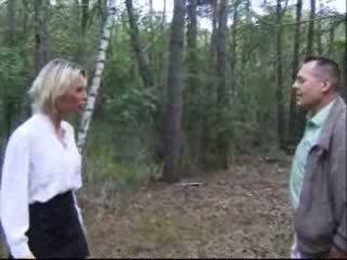 بلوندي زوجة مارس الجنس في غابة