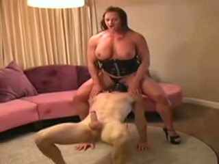 Female bodybuilder dominates človek a gives ho fajčenie