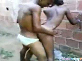 2 africanos fodendo une garota em um beco