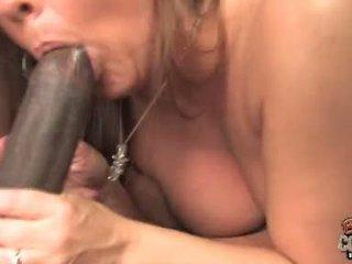 Joclyn pedra madura com tatuagem adquirir um difícil anal