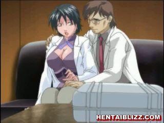 Karstās anime palaistuve ar nipple clamps un dildo uz viņai pakaļa