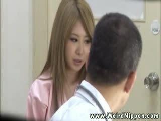 Heetste aziatisch getting haar tieten uit voor deze dokter