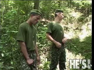 Vier soldiers nehmen ein hike durch die dschungel