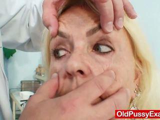 Vājas spalvainas vecmāmiņa sieviete ārsts ārstēšana