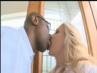Rondborstig blondine pornoster julia ann nemen een reusachtig zwart lul omhoog haar bips