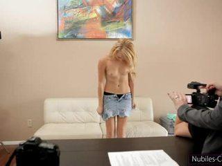 Nubiles casting - schattig blondine gets haar eerste schot bij porno
