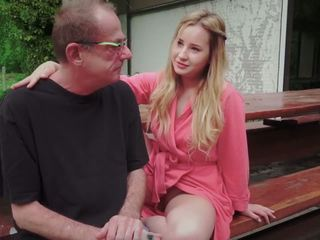 Paauglys dukra pakliuvom už disturbing žingsnis senas tėtis nuo