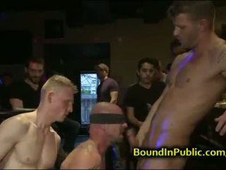 Baldheaded homo gangbang geneukt in bar
