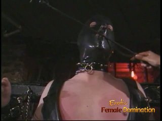 Cochon étalon en une masque enjoys being spanked par an asiatique