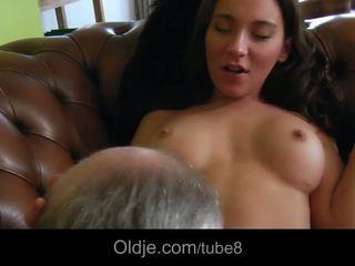 Fierbinte bossy adolescenta fucks ei vechi butler