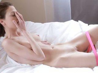 Nymph caresses nat vastgrijpen