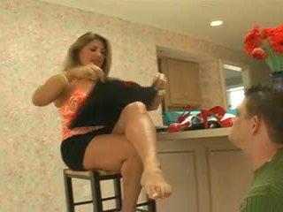 Step-mom has henne fötter cleaned efter shopping