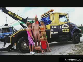 Tiga kolej gadis menghisap yang tunggal zakar/batang di yang trailer park