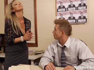 Bigtitted abbey brooks bump w biuro