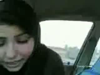 Arab mädchen swallows wichse im die auto video
