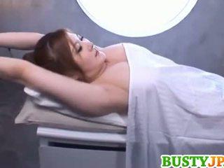 Momoka gjoksmadhe është aroused mbi vaj