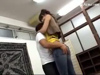 Kort guy kussen met lang meisje licking oksel rubbing haar bips in de middle van de kamer