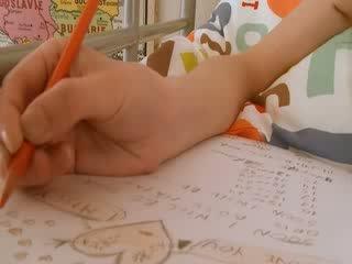 Adoleshent nxënëse doing hole homework