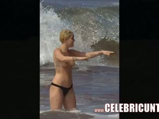 Miley cyrus flaunting her hot mudo body again