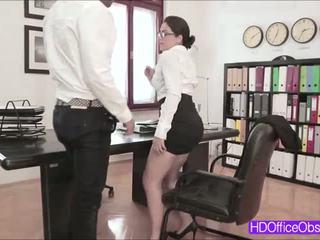 Heet secretaresse valentina nappi geneukt door zijn baas binnenin de kantoor
