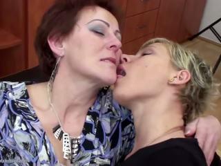 Stepmother ระยำ และ pissed บน โดย two daughters: โป๊ f9