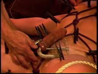 Eric michaels coaie squeezed de clamps în timp ce clothespins are placed pentru squeeze fiecare inch de skin.