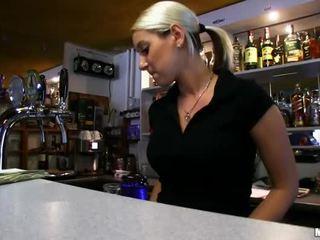 Barmaid lenka nailed į the baras už grynieji
