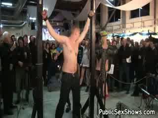 Nerātnas super karstās meitene ties augšup viņai vīrietis un punishes viņam pie izģērbtas izstāde