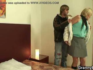 Мършав бабичка проститутка takes негов възбуден хуй