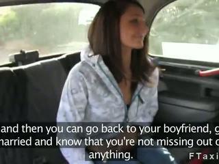 شرطي و taxi driver سخيف امرأة سمراء الهاوي في
