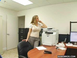 lielas krūtis, birojs, no aizmugures