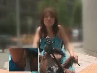 Azijietiškas lėlė jojimas the bike squirting visi jos putė juices