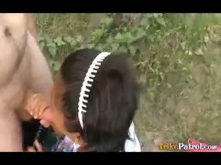 Filipina skolniece fucked outdoors uz atvērts lauks līdz tūrists