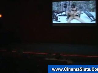 Amateur flittchen sucks schwanz im öffentlich kino