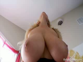 Kelly madison having шега с тя гигантски естествен titties на тя легло