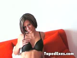 Piękne dziewczyna takes jej stanik od i shows jej delicious różowy cipa