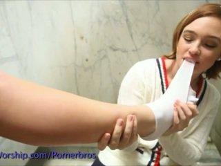 Stopy licking akcja z two gorące schoolgirls