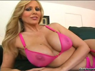 Bayan model julia ann has her moth glazed close to a milky load of stick spurt